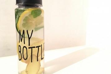 Acqua e limone aromatizzata per bere di più