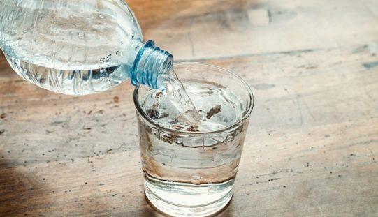 10 motivi per bere 2 litri d'acqua al giorno… o più