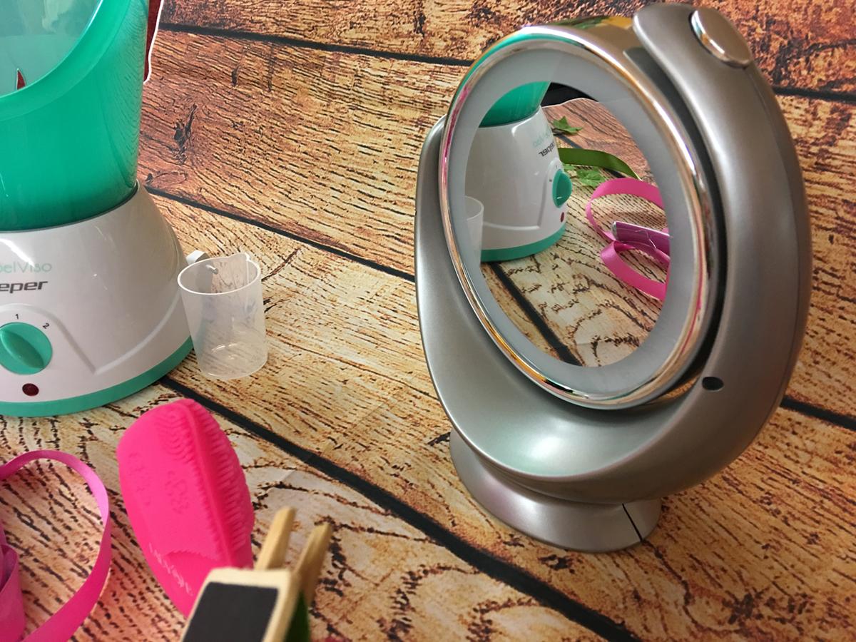 Beauty routine viso pulizia con lo specchio luminoso