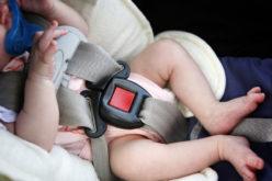 Volare con i bambini: come portare a bordo un seggiolino auto