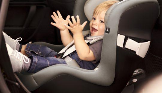 Bambini sicuri in auto durante la stagione invernale